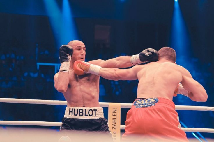 Arthur Abraham bleibt Box-Weltmeister im Supermittelgewicht und verteidigte vor 6500 Zuschauern im Gerry-Weber-Stadion in Halle/Westfalen seinen WBO-Titel erfolgreich im vierten Duell gegen Dauerrivale Robert Stieglitz aus Magdeburg durch technischen K.o. in der sechsten Runde.