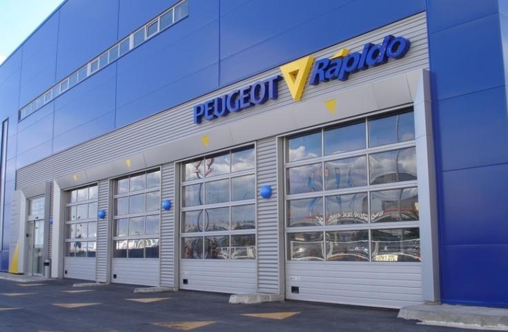 Concesionario #Peugeot en #Tarragona. #Puertas #seccionales modelo Alu-Mix. #puerta #door #sectionaldoor #puertaseccional #AngelMir #architecture