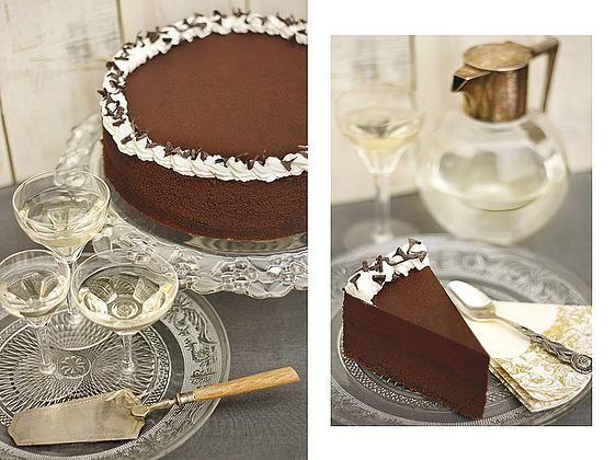 Milyen születésnapi tortát szeretnél?  CSOKISAT! Ha neked is ismerős ez a válasz, jó helyen jársz! Közel egy kiló csokoládé van benne. Azt hiszem, ezzel nagyjából mindent el is mondtunk. Hogy az egészet a tejszín lágysága teszi krémessé és karakteressé, az már csak a ráadás. :)