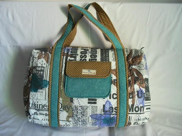 Bolsa de viagem feita em tecido 100% algodão, forrada, com 2 bolsos internos: sendo um com 3 divisões e outro com zíper. R$250,00