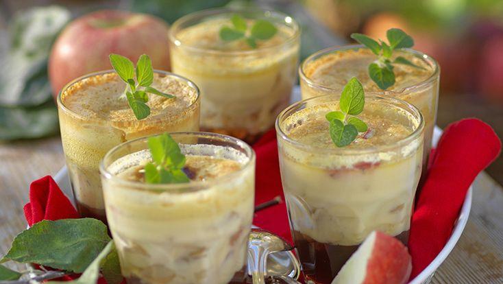Bjud vännerna på äppeldessert i glas där äppelbitar fått koka samman i en lag och därefter serveras under ett crème brûlée-täcke med mandellikör. Festligt och spännande!