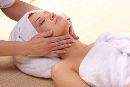 Masaż autorski twarzy, szyi i głowy jest połączeniem wielu specjalistycznych technik. Odnajdziesz tu między innymi: masaż klasyczny twarzy, Ajurwedy oraz Lomi Lomi Nui z elementami drenażu limfatycznego.