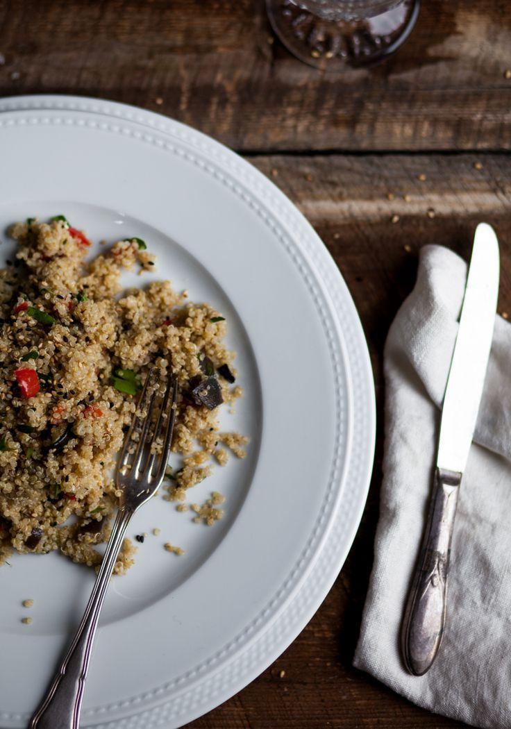 Le quinoa connaît un bel élan de popularité depuis quelque temps. C'est une base idéale pour les couscous et les salades d'été. Il se prépare rapidement (comme le riz) et se prête à des recettes autant salées que sucrées. De plus, il est très digeste, sans gluten et riche en protéines et en oméga-3.