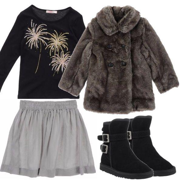 Maglietta con stampa, leggera gonnellina grigia che indossate con collant in lana, stanno benissimo con gli stivaletti firmati e la calda pelliccia doppio petto.