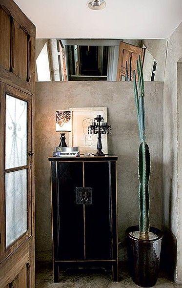 No hall de entrada da arquiteta Leticia Nobell, o espelho inclinado dá profundidade