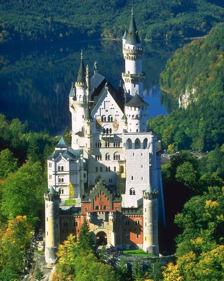 Castelos medievais - O edifício principal é constituído de três andares. Castelo de Neuschwasten - Baviera.