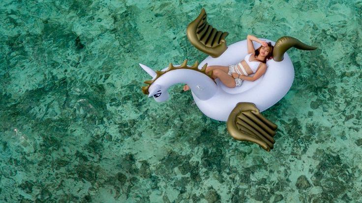 die besten 25 aufblasbares einhorn ideen auf pinterest aufblasbarer flamingo einhorn. Black Bedroom Furniture Sets. Home Design Ideas