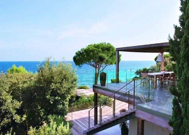 Une terrasse en bois avec vue sur la mer
