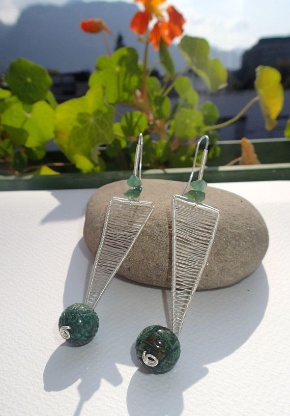 Silver wire earrings Triangle with jade beads and green von LaSolis