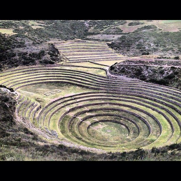 vallee_sacree_pisacPas loin de Maras, on part voir le Laboratoire agricole / pépinière de Moray (que l'on voit très bien sur Google Maps). Ces terrasses concentriques ont été créées par les Incas au XVe siècle. A chaque niveau, à chaque terrasse, il y a un micro climat différent. Les Incas se servaient de ce laboratoire pour adapter des plantes à d'autres climats que leur climat original.