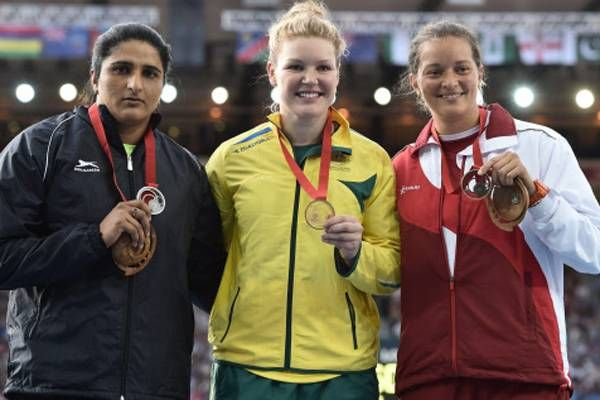 Silver medallist India's Seema Punia (right), gold medallist Australia's Dani Samuels and bronze medallist England's Jade Lally (right) pose during the award ceremony for the women's discus throw event. (AFP Photo)