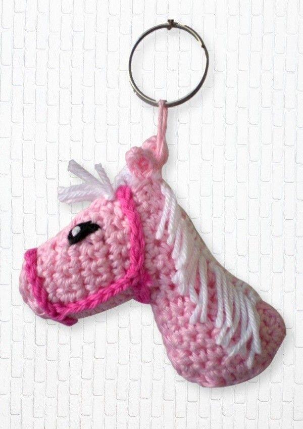 Einen Pferdekopf als Schlüsselanhänger hat sicher nicht jeder. Hol Dir jetzt die Anleitung + dann leg los mit dem Häkeln. Das wird richtig super. Viel Spaß.