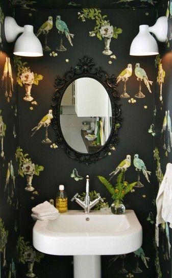 Carta da parati per il bagno nera con uccelli a contrasto.