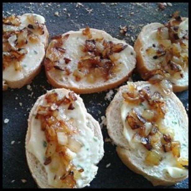 Stokbrood met knoflooksaus en een gefruit uitje. Heerlijk voorgerechtje of bij de borrel!