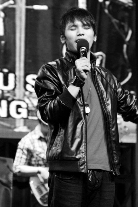 Alexander Renfred singing his song