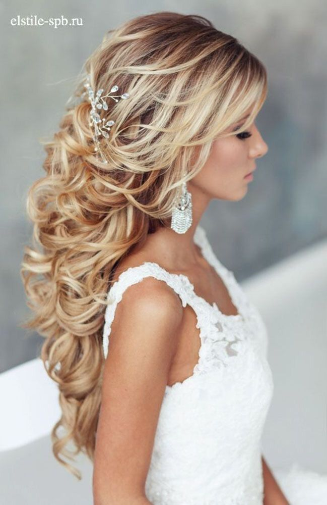 Dit vind ik zo'n prachtig en romantisch #bruidskapsel Als je geen #sluier draagt is zo'n haarsieraad geweldig ❤️
