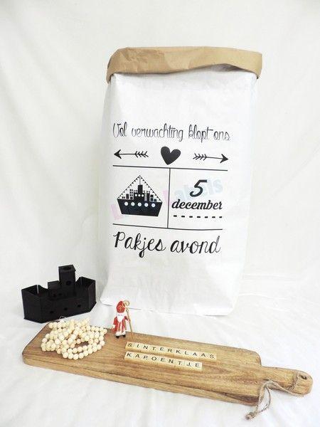 Hippe en multifunctionele papieren zak. Ideaal als decoratie of de sinterklaas cadeautjes. De papieren zak is gemakkelijk op te rollen waardoor de bruine binnekant zichtbaar wordt voor een leuk effect. De papieren zak XXL is 50 x 80 x 13 cm en gemaakt van 3 lagen dik kraft papier. Blijft daardoor ook zonder inhoud goed staan.
