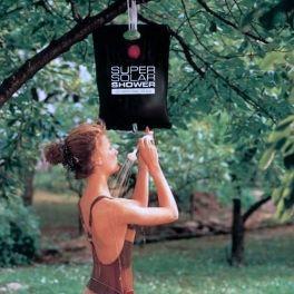 Si te vas de camping este verano, o a disfrutar de algún festival, sin ducharte no te vas a quedar! Esta ducha solar portátil es muy práctica, ya que alcanza hasta 43 ºC en tres horas de exposición al sol. Cuenta con dispositivo de apertura y cierre. Realizada en un material especial y plástico resistente. Se monta con facilidad y es muy sencilla de usar. Incluye bolsa de 15 L (190 x 40 cm aprox.), alcachofa de ducha con manguera (70 cm aprox.), tubo soporte y cuerda con gancho para colgar.
