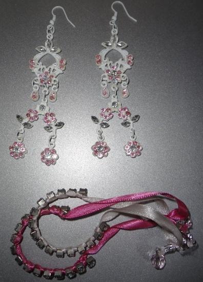 Brincos e pulseiras de strass