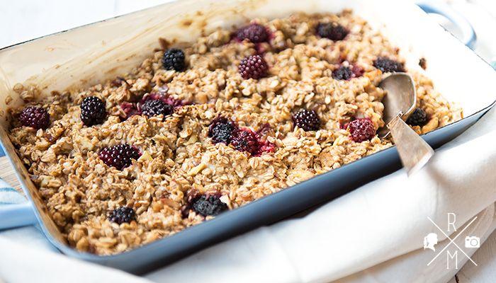 Overnight Oats sind dank Instagram überall bekannt. Wie wäre es denn jetzt mit Baked Oatmeal? Ein gebackener Haferbrei mit Äpfeln und Brombeeren, vegan...