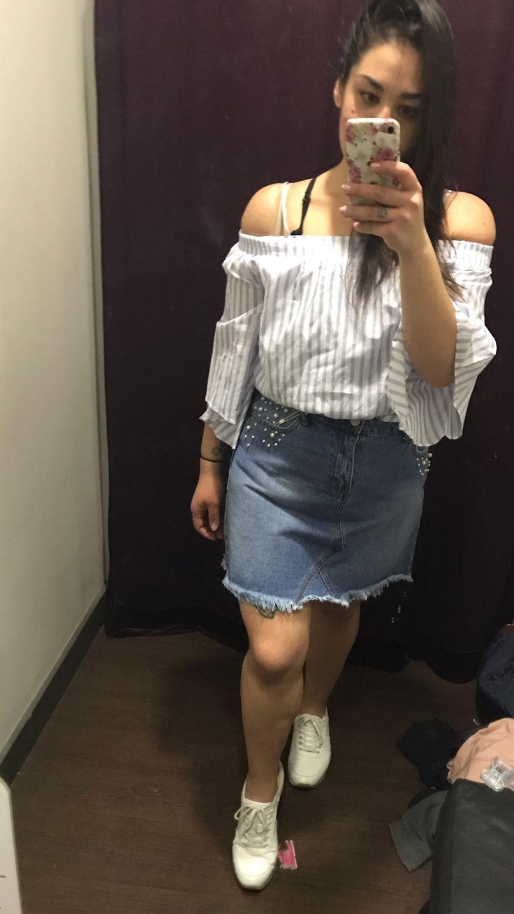 Mini falda  Blusa rayada  Zapatillas  Sportychic