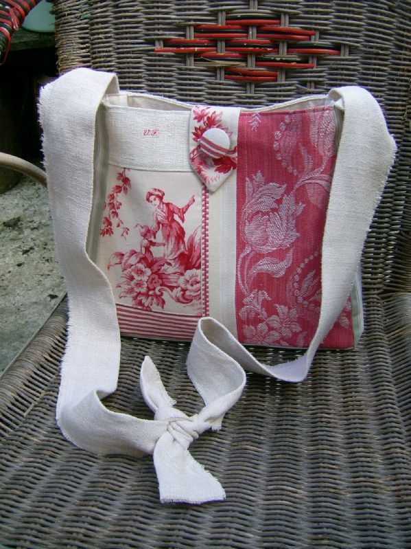 Shoulder Bag / small messenger bag patchwork toile de Jouy hemp canvas to mattress red badge a patchwork of beautiful fabrics in shades of pink ... beautiful backdrop of Jouy to Asian decor, to mattress to garlands of flowers red foliage colors and striped, hemp. Small tab in Jouy cloth and covered button. Dos in hemp, shoulder strap in hemp frayed (with couture to stop the fray).  The shoulder strap is tied on the shoulder so you can adjust to the desired dimension .