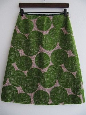 minä perhonen: woolly ball skirt. adore the floral background to this. idea of lino printing the balls of yarn