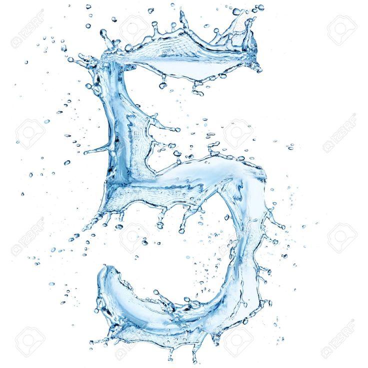 Número cinco (5) formado con agua. Efecto de salpicadura de agua. Fondo blanco.