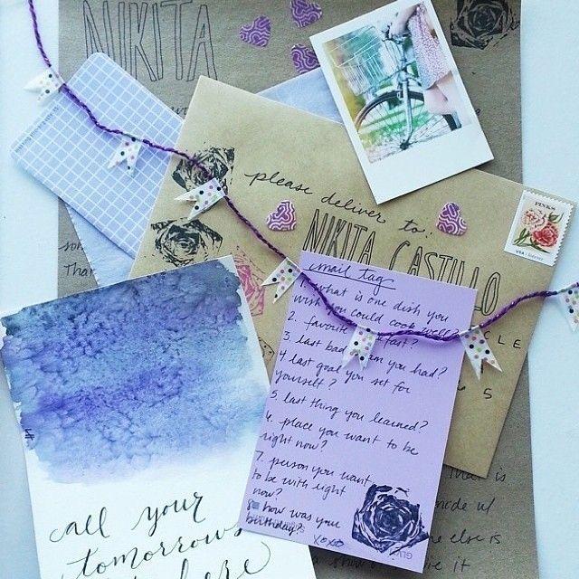 İlk gençlik yıllarımızda çoğumuz 'mektupçu'yduk...İçcebimizde taşıdığımız dolmakalemimizle özel kâğıtlara özene bezene yazardık mektupları... Dolmakalemin bir haysiyeti var,mürekkep kokusunu en çok onlar duyurur bize...Her birinin anılar bıraktığı  o dolmakalemlerle arkadaşlara, dostlara,sevdiğimize ne çok  mektuplar yazardık o yıllarda... Mektubumuzun karşılığını beklediğimiz günler uzadıkça uzardı sanki...Karşılıksız mektuplar acı verir,hüzünlendirir, nefessiz bırakır insanı...    Ahmet…