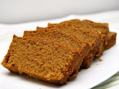 Een heerlijk recept voor kruidcake is dit. Ik vond het recept voor deze kruidcake in een oud kookboek. Heel wat anders dan ontbijtkoek, want die wordt gemaakt van roggemeel. Het is een variant op de gewone cake en ook deze kruidcake is erg lekker. Zoals de benaming al zegt, iets kruidiger.