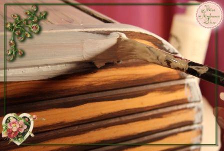 7.Белой теплой краской покрываем всю шкатуль для хлеба