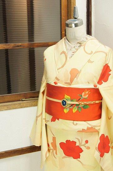 柔らかな昼下がりの光にとけこむような淡く優しいパウダーイロエーに、大輪の花咲く唐草模様が染め出されたロマンチック・モダンな袷着物です。