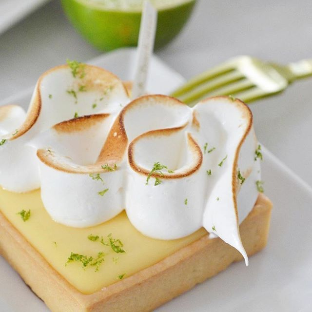Tarte au Citron meringuée pour cette semaine. Par MadCharlotte évidemment ! #tarteaucitron #summerinparis #mademoiselle #lemontarts #frenchpastry #foudepatisserie #parisianchic #versailles #savoirfaire #parisianstyle #frenchvacation #lemonslice .