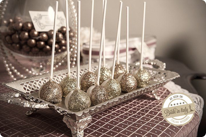 Even cake pops can be glamour once you cover them with gold glitter. by Il Cappellaio Matto Cake Designer. Ph Elena Preti http://www.brideinitaly.com/2013/11/missweddingdesignanneesfolles.html #italianstyle #wedding