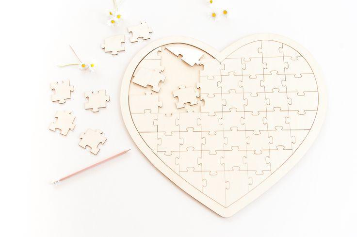 Dieses Herz aus Holz ist die perfekte Alternative zum klassischen Gästebuch mit gebundenen Seiten. Auf dem Rahmen in Herzform haben 58 Puzzleteile Platz, auf denen Gäste ihren Namen oder kleine Botschaften hinterlassen können. Mit einem Bleistift oder dünnen Folienschreiber lassen sie sich Puzzleteile leicht beschriften. Auch das Anmalen mit Acrylfarben ist möglich. Verteilt die Puzzleteile …
