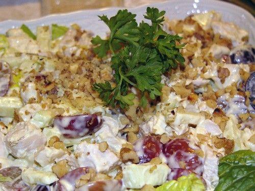 Waldorf Chiken Salad Понадобится:1 половинка отварной куриной грудки листья салата латука (грамм 100) 2-3 стебля сельдерея(можно использовать и клубень, но его надо слегка проварить), измельчить 2 больших зеленых яблока 100г винограда 100 г очищенных грецких орехов 100 г майонеза 4 ст. ложки сливок 2-3 ст. ложки лимонного сока соль, перец по вкусу