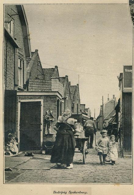 Spakenburg straatje 1932 by janwillemsen, via Flickr