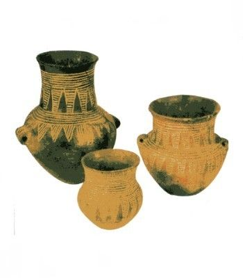 Datati circa nel 5000-4000 a.c. Ceramica. Ora si trovano nel Museo Preistorico di Berlino. La cosa impressionante è che questi vasi in ceramica siano particolarmente belli nonostante siano stati creati parecchi anni fa. La tecnica utilizzata  infatti è quella nella quale, quando il vaso ancora umido, vengono appoggiati e poi pressati degli oggetti di forme geometriche o astratti, in modo da lasciare il segno e la forma desiderata. In questo caso hanno utilizzato dei cordini. (Non è…