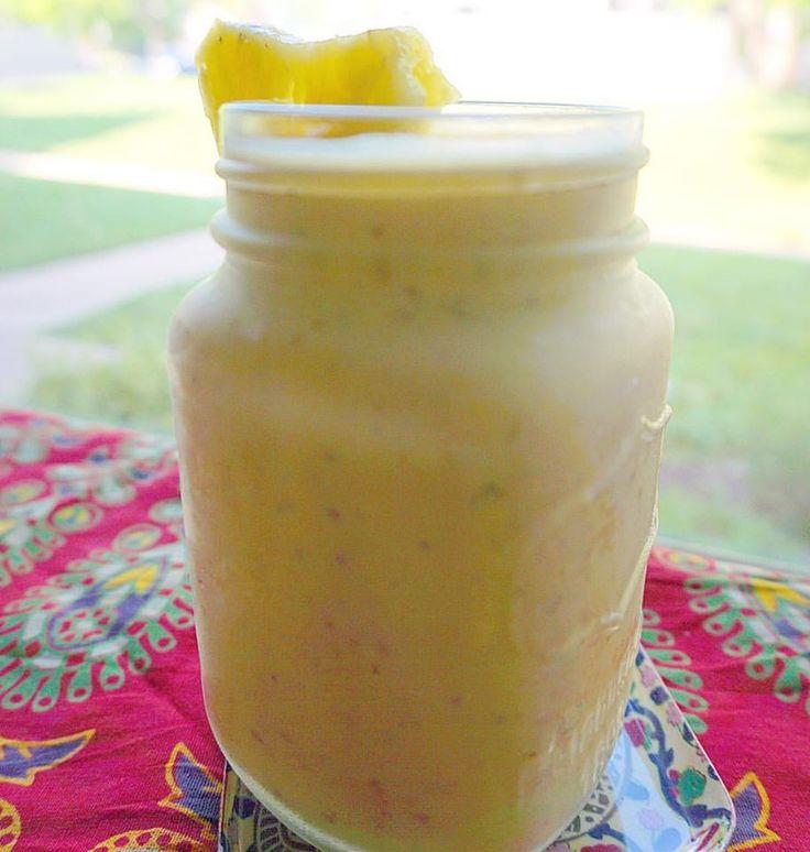 Loving my pineapple smoothies for summer, here is one of my favs! (½ mango, ½ pineapple, 1 cup coconut milk, 1 tbs flaxseed meal) ------- Smoothie de Piña! Uno de mis snacks favoritos de verano. Solo necesitarás: (medio mango, 2 o 3 rodajas de piña, 1 taza de leche de coco y 1 cucharada de linaza) #smoothie #summertime #summersnacks #healthysnacks