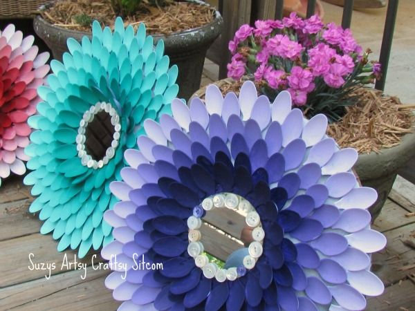 Flower mirrors with plastic spoons.... what a creative idea and it comes out very pretty!