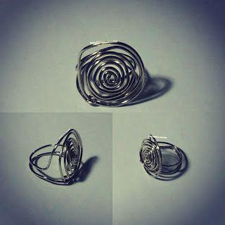 Anel espiral, a peça é regulável e foi confeccionada com arame. Produto feito a mão.