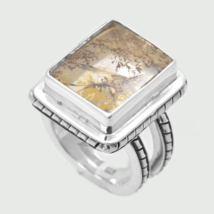 Inel din argint realizat manual, lucrat patinat pe rama pietrei și verigă, combinat cu picture agat piatră unică prin modul de depunere a incluziunilor, naturală semiprețioasă. Greutate: 12.57 gr. Lungime: 2.00 cm Lățime: 1.40 cm Circumferință inel: 52 mm Piatră: AGAT Categoria pietrei: DENDRITIC