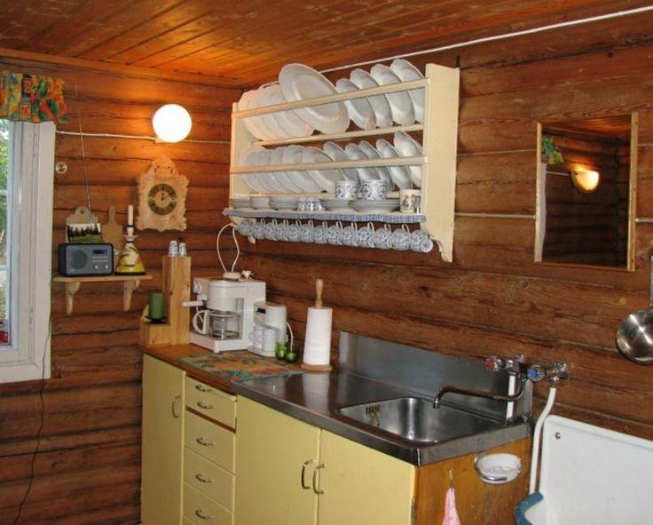 Kompakt hyttekjøkken, fathylle over kjøkkenbenken