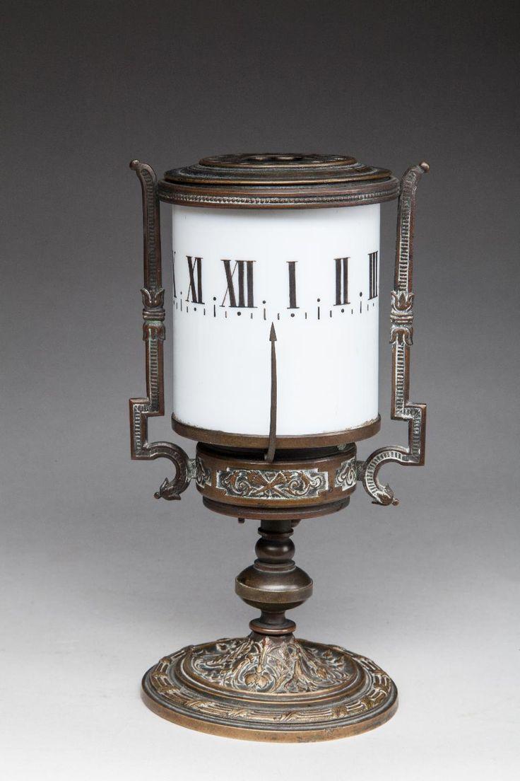 n°325 - Pendulette à cadran tournant en verre opalin blanc à décor de chiffres romains - monture en bronze - Vers 1880. H_19cm.jpg