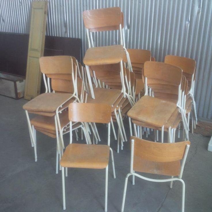Oude schoolstoelen in zeer goede staat. Metalen frame, plywood rug en zitting. Hoogte 44 cm. Eur 65,-/stuk