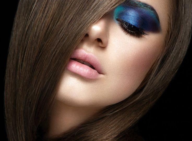 Lidschatten Blau Türkis - Die Herausforderung an den Augen. Lidschatten-in-Blau-Tuerkis-sehr-betonte-Augen-seh-auffaellig-direkt-mit-dem-trendigen-fast-unsichtbaren-Lippenstift