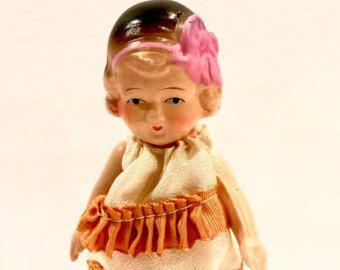 Vintage muñeca Bisque, Japón NIPPON, perno articulado brazos y piernas, pequeña muñeca, 5 pulgadas, el vestido parece hecho a mano en muy buen estado. La pintura es brillante y en condiciones increíbles para la época era de esta muñeca. Ella ha estado en almacenamiento durante años. en perfectas condiciones. Encontrado con varios muñecos de raíces, todo envuelto en una caja de zapatos. Japón NIPPON está marcada en la espalda.  Durante la época de Nippon (1891-1921) los japoneses producen una…