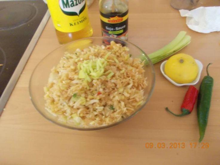 Een+hele+lekkere+pittige+wittekoolsalade+met+pittige+Sp.+peper,+prei+en+o.a.+sojasaus.+Echt+smullen.+Lekker+bij+je+rijsttafel+of+gewoon+een+Oosters+gerecht.+ Wij+hebben+ervan+gesmuld.+Mijn+man+kon+niet+ophouden+met+eten. Maak+de+salade+ruim+tevoren+zodat+de+smaken+goed+kunnen+intrekken!