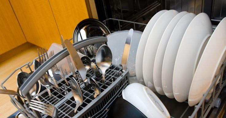 Cómo restablecer un lavavajillas Whirlpool. Los electrodomésticos Whirlpool, tales como refrigeradores, lavadoras, secadoras, lavavajillas y hornos están disponibles para su compra en línea o en tiendas para el hogar al por menor. Los lavavajillas Whirlpool vienen en una variedad de modelos (incluyendo los modelos bajo el mostrador o portátiles) y muchos son también catalogados como Energy ...