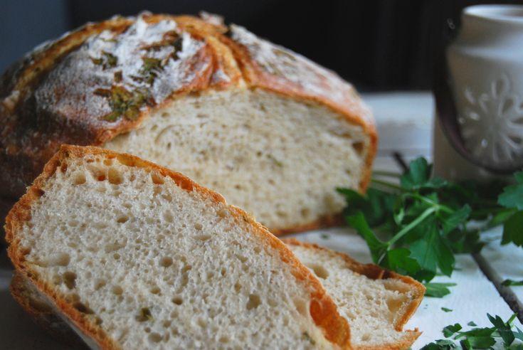 Przywołuję wiosnę tym oto chlebem. Świeżym, z chrupiącą skórką, pachnącym zbożem i zieloną pietruszką. I choć na zieleń za oknem jeszcze chwilę trzeba będzie poczekać, na chlebie w postaci świeżej gałązki lub w środku, doda z pewnością odrobinę świeżości. Zachęcam do eksperymentów . Ten chleb jest tego wart. Przepis na chleb francuski pochodzi z polskiego […]